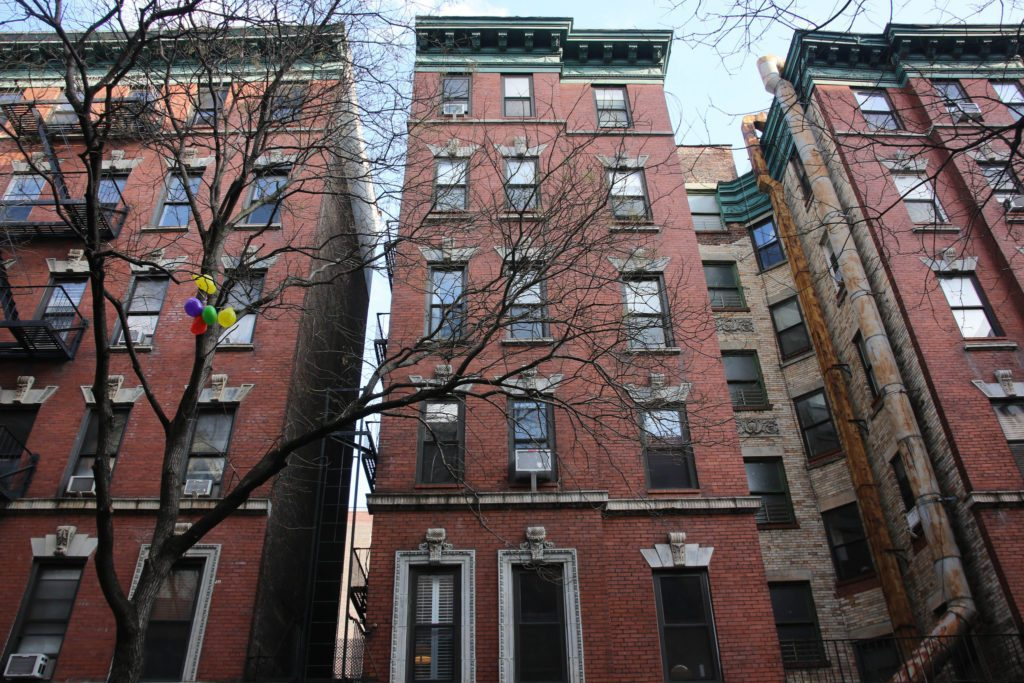Number of apartment sales in Manhattan drops while prices rise, report shows