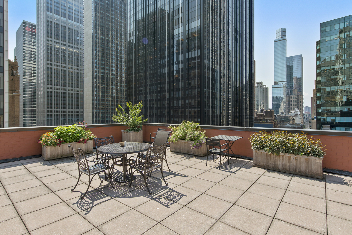 Luxury listing: Midtown one-bedroom off 5th Ave.